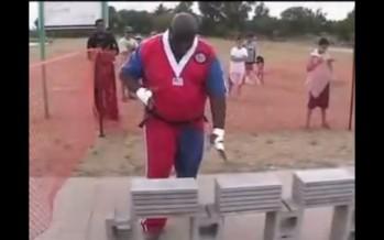 Έσπασε 584 τσιμεντόλιθους με τα χέρια σε λιγότερο από 1 λεπτό (βίντεο)