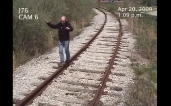 """Ποτέ μην παίζεις στις γραμμές,μπορεί να σε χτυπήσει """"τρένο"""" (βίντεο)"""