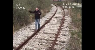 Ποτέ μην παίζεις στις γραμμές,μπορεί να σε χτυπήσει «τρένο» (βίντεο)