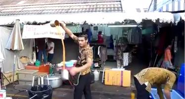 Έτσι φτιάχνουν τσάι στην Ταϊλάνδη (βίντεο)