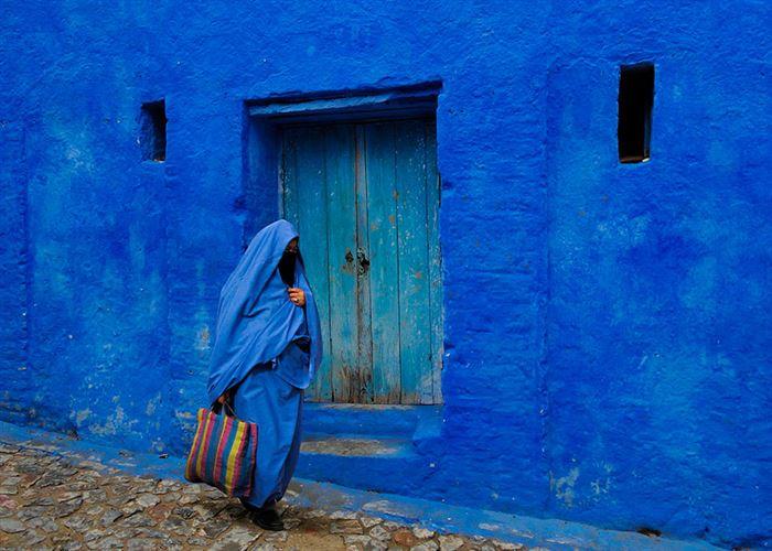μπλε χωριό (3) Αυτό το μικρό μπλε χωριό στο Μαρόκο ονομάζεται Σεφσάουεν και βρίσκεται στη βόρεια μεριά της χώρας. Πολλά από τα παλιά και γραφικά κτίρια του καλύπτονται από έντονο μπλε χρώμα κάτι που κάνει αυτό το μικρό χωριουδάκι να ξεχωρίζει με εντυπωσιακό τρόπο.  Αρχικά τα κτίρια του χωριού ήταν λευκά. Οι Εβραίοι πρόσφυγες που μπήκαν στο χωριό το 1930 έβαψαν μερικούς τοίχους μπλε συμβολίζοντας το γαλάζιο του ουρανού. Από κει και μετά σιγά σιγά βάφτηκα όλοι οι τοίχοι με το ίδιο χρώμαΑυτό το μικρό μπλε χωριό στο Μαρόκο ονομάζεται Σεφσάουεν και βρίσκεται στη βόρεια μεριά της χώρας. Πολλά από τα παλιά και γραφικά κτίρια του καλύπτονται από έντονο μπλε χρώμα κάτι που κάνει αυτό το μικρό χωριουδάκι να ξεχωρίζει με εντυπωσιακό τρόπο.  Αρχικά τα κτίρια του χωριού ήταν λευκά. Οι Εβραίοι πρόσφυγες που μπήκαν στο χωριό το 1930 έβαψαν μερικούς τοίχους μπλε συμβολίζοντας το γαλάζιο του ουρανού. Από κει και μετά σιγά σιγά βάφτηκα όλοι οι τοίχοι με το ίδιο χρώμαΑυτό το μικρό μπλε χωριό στο Μαρόκο ονομάζεται Σεφσάουεν και βρίσκεται στη βόρεια μεριά της χώρας. Πολλά από τα παλιά και γραφικά κτίρια του καλύπτονται από έντονο μπλε χρώμα κάτι που κάνει αυτό το μικρό χωριουδάκι να ξεχωρίζει με εντυπωσιακό τρόπο.  Αρχικά τα κτίρια του χωριού ήταν λευκά. Οι Εβραίοι πρόσφυγες που μπήκαν στο χωριό το 1930 έβαψαν μερικούς τοίχους μπλε συμβολίζοντας το γαλάζιο του ουρανού. Από κει και μετά σιγά σιγά βάφτηκα όλοι οι τοίχοι με το ίδιο χρώμα