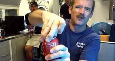 Τι θα συμβεί άμα κουνήσεις μια Coca Cola στα βάθη του Ωκεανού;