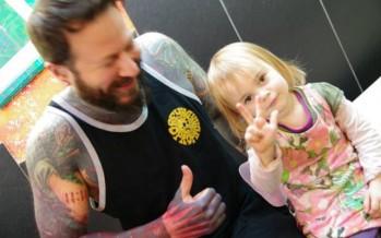 Η μικρότερη tattoo artist στον κόσμο κάνει τα δικά της σχέδια…