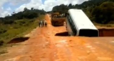 """Απίστευτο: Δρόμος άνοιξε και """"κατάπιε"""" λεωφορείο!"""