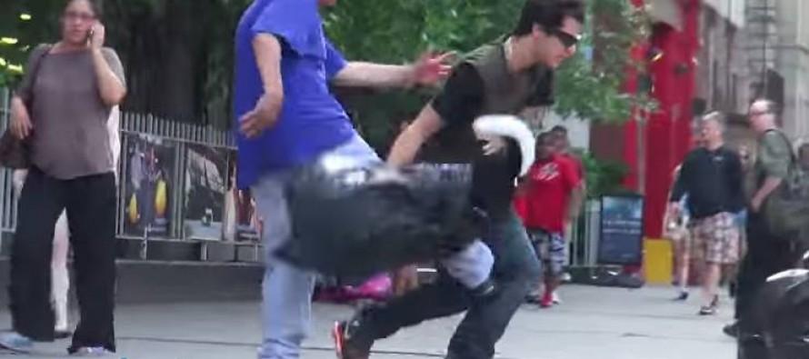 """""""Κακοποιούσε"""" έναν σκύλο δημόσια. Δείτε τι τον έκαναν…"""