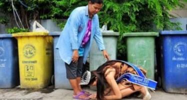Η Miss Ταϊλάνδη γονάτισε μπροστά στην μητέρα της για να την ευχαριστήσει!
