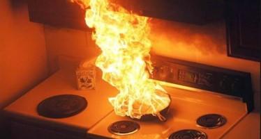 Τι δεν πρέπει να ρίξεις αν πάρει φωτιά το τηγάνι!