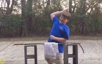 Πιτσιρικάς χρησιμοποιεί Karate Chop για να σπάσει ένα κλαράκι!