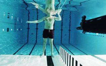Τι θα γίνει αν κάποιος σε πυροβολήσει μέσα στο νερό!