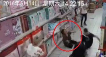 Κάμερα κατέγραψε γυναίκα να δαιμονίζεται σε Super market!