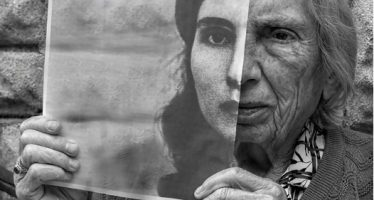 """Η συγκινητική ιδέα καλλιτέχνη για να """"δώσει ζωή"""" στην 91χρονη μαμά του!"""