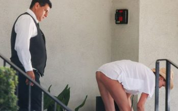 Το σκύψιμο της Kelly Rohrbach ζάλισε τον υπάλληλο ξενοδοχείου!