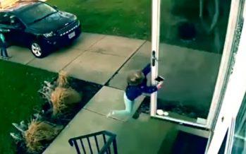 """4χρονο κοριτσάκι """"πέταξε"""" απ'τον αέρα ανοίγοντας την πόρτα του σπιτιού του!"""