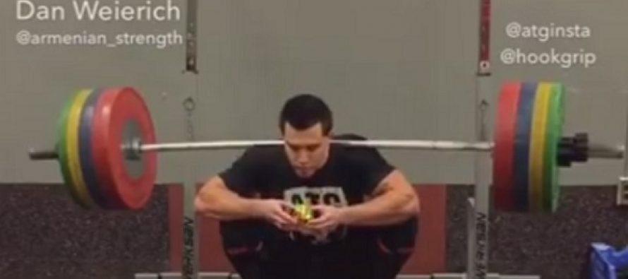 Λύνει τον κύβο του Ρούμπικ κάνοντας κάθισμα 160kg!