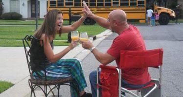 13 Απίστευτοι γονείς που γιορτάζουν την πρώτη μέρα στο σχολείο!
