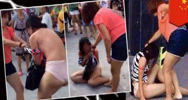 Έγδυσε και έδειρε την έγκυο ερωμένη του άντρα της στο δρόμο!
