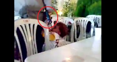 Έδωσε το όπλο στον ανήλικο και τον πυροβόλησε (βίντεο)