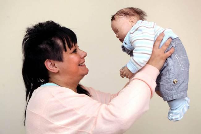 """φυσιολογική μητέρα Βλέποντας την Wendy Archer με τα μωράκια θα έλεγες πως βλέπεις μια φυσιολογική μητέρα με τα μωρά της.. Κι όμως δεν είναι έτσι... Η γυναίκα πριν αρκετά χρόνια είχε αποφασίσει πως δεν θα ήθελε να γίνει μητέρα και έκανε στείρωση.. Όπως είναι αναμενόμενο με τέτοιες αποφάσεις, ήρθε η στιγμή που η γυναίκα το μετάνιωσε. Είναι όμως """"μητέρα"""" 4 παιδιών και κάθε πρωί τα... ξυπνάει, τα ντύνει και τα παίρνει μαζί της για ψώνια. Ποιο το περίεργο; Τα μωρά της δεν είναι τίποτα παραπάνω από πλαστικές κούκλες για τις οποίες μάλιστα έχει ξοδέψει πάνω από 2.000 λίρες!"""
