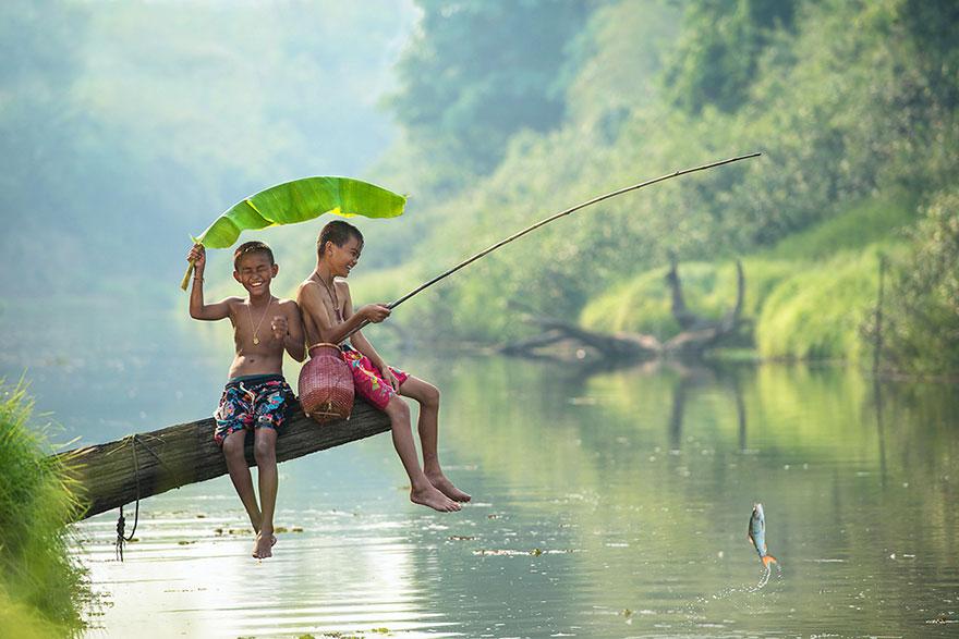 Παιδιά από όλο τον κόσμο παίζουν με διαφορετικούς τρόπους