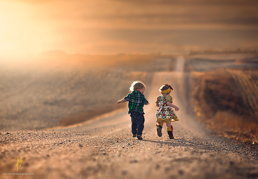 Παιδιά από όλο τον κόσμο παίζουν με διαφορετικούς τρόπους Παιδιά από όλο τον κόσμο φωτογραφίζονται να διασκεδάζουν με διαφορετικούς τρόπους. Η ανεμελιά η ευτυχία και η διασκέδαση ειναι ζωγραφισμένη στα πρόσωπα τους είτε παίζουν με το νερό είτε με ένα χαρτόκουτο! Τα παιδιά παραμένουν παιδιά και μας ταξιδεύουν με την ανεμελιά και την ευτυχία τους μέσα από εικόνες