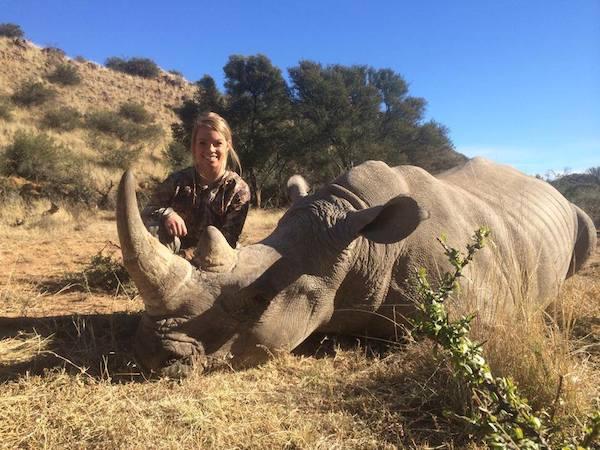 σκοτώνει άγρια ζώα Η 19χρονη Cheerleader Κένταλ φαίνεται πως έχει κι άλλα χόμπι εκτός από αυτό της μαζορέτας. Κυνηγάει και σκοτώνει άγρια ζώα που κάποια από αυτά είναι και υπό εξαφάνιση και στη συνέχεια ποστάρει τα κατορθώματα της στα social media... H Κένταλ Τζόουνς που είναι φοιτήτρια στο Πανεπιστήμιο του Τέξας, έχει σαν χόμπι το κυνήγι άγριων ζώων όπως λιοντάρια, τίγρεις, βούβαλους λεοπαρδάλεις και ρινόκερους (συμπεριλαμβανομένου του λευκού ρινόκερου που είναι υπό εξαφάνιση και έχουν μείνει μόνο 20.000) Είναι τόσο περήφανη για το κατόρθωμα της που θέλει να κάνει και μία εκπομπή μέσα στο 2015 με εκείνη φυσικά πρωταγωνίστρια να κυνηγάει τα θηράματα της... Ανεβάζει όλο περηφάνια τις φωτογραφίες με τα θανατωμένα άγρια ζώα στο Facebook και έχει προκαλέσει την εξαγρίωση του κόσμου που κάνει διάφορα σχόλια κατακρίνοντας της και ευχόμενοι κάποιο από τα ζώα που θα πάει να σκοτώσει να πάρει την εκδίκηση του.... Εκείνη παρά τα σχόλια και τις παρατηρήσεις εξακολουθεί να ανεβάζει τις φωτογραφίες ανενόχλητη στο Facebook γεμάτη περηφάνια που σκοτώνει άγρια ζώα....