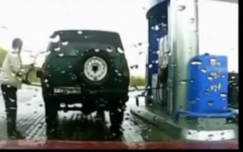 Πάρκαρες μακριά από την αντλία βενζίνης; Ιδού η λύση (βίντεο)