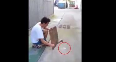 Τι γίνεται αν χτυπήσεις μια μπαταρία κινητού με σφυρί (βίντεο)