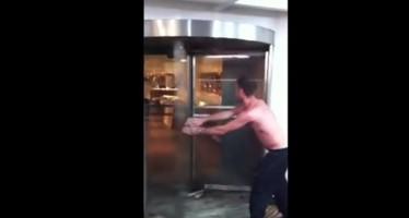 Τι να μην κάνεις με μια περιστρεφόμενη πόρτα (βίντεο)