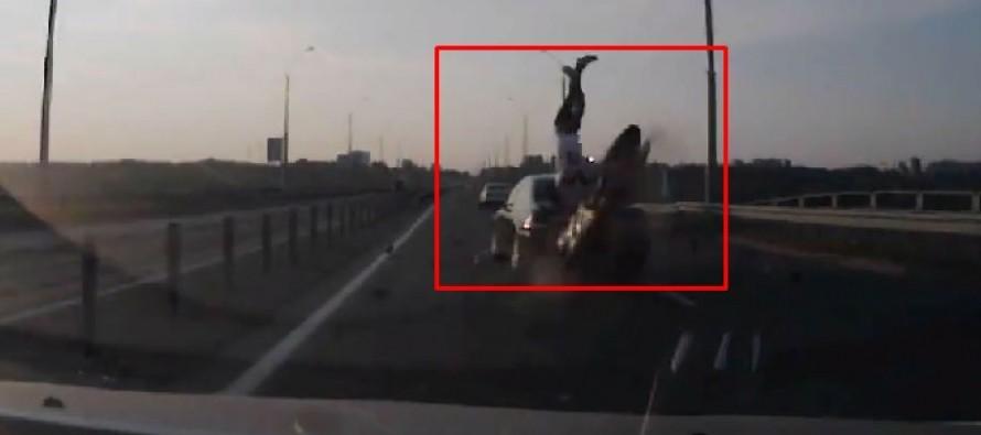 VIDEO: Ατύχημα μοτοσικλετιστή με απίστευτο φινάλε!