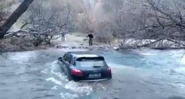 Ο οδηγός μιας Porsche Cayenne προσπάθησε να περάσει το ποτάμι!