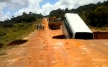 Απίστευτο: Δρόμος άνοιξε και «κατάπιε» λεωφορείο!