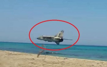 VIDEO: Πιλότος μαχητικού MiG-23 πέρασε ξυστά από λουόμενους!