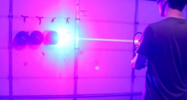 VIDEO: 22χρονος έφτιαξε όπλο με λέιζερ!