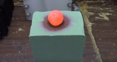 Δες τι θα γίνει αν βάλεις μια καuτή μπάλα πάνω σε φελιζόλ!
