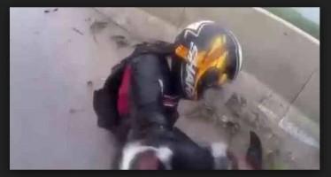 Μηχανόβιος έπεσε αλλά κατάφερε να σώσει την κοπέλα του!