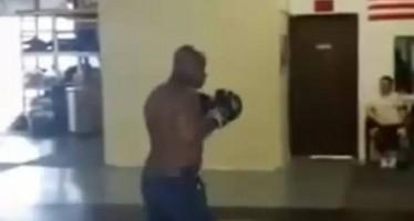 Πήγε να πουλήσει μαγκιά σε boxer και δείτε τι έγινε!