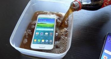 Έβαλε το Samsung S6 για 2′ μέσα σε Coca Cola. Δες τι έγινε!