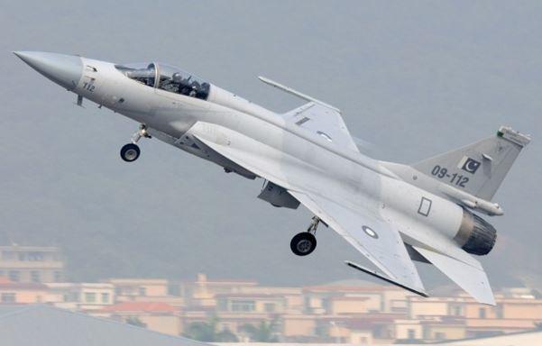 JF 17 maxitiko aeroskafos