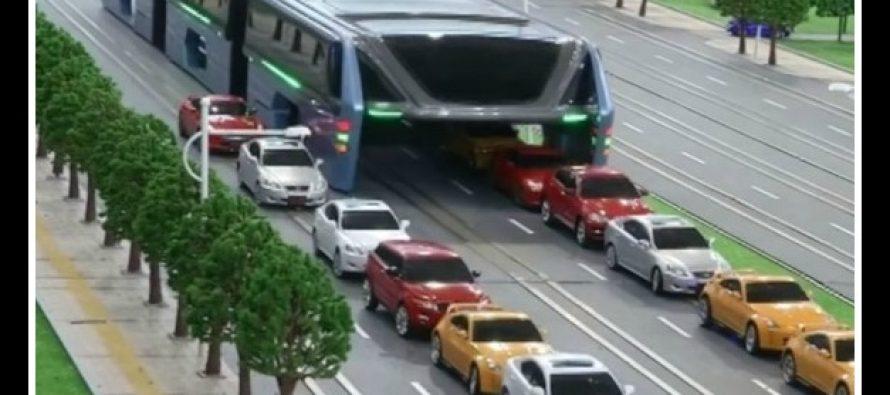 Λεωφορείο στην Κίνα «καταπίνει» την κίνηση!