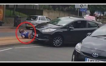 Δάσκαλος οδήγησης πάτησε πεζό και τον εγκατέλειψε!