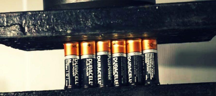 Τι θα συμβεί αν βάλεις 21 μπαταρίες στην υδραυλική πρέσα!