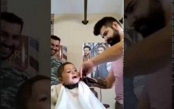 Μωρό απολαμβάνει το πρώτο του κούρεμα και σκορπά γέλια!