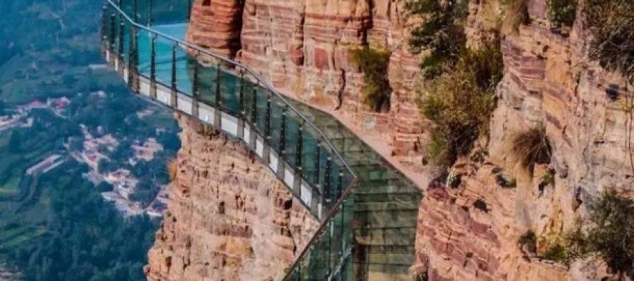 Γυάλινη γέφυρα σε ύψος 1180 μέτρων προκαλεί πανικό με εφέ ραγίσματος!