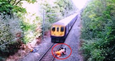 Μεθυσμένος ποδηλάτης σώθηκε από εργάτη σιδηροδρομικού σταθμού!