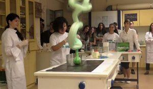 Λύκειο στην Αλικαρνασσό ξεχωρίζει στο Youtube με χημικά πειράματα!