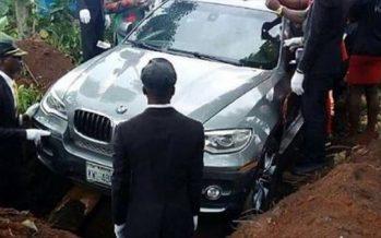 Νιγηριανός έθαψε τον πατέρα του σε BMW 75.500 ευρώ!