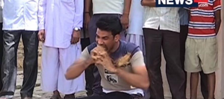 Απίστευτο: Ινδός ξεφλουδίζει καρύδες με τα δόντια του!